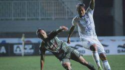 Pemain Arema FC, Kushedya Ari Yudo (jersey putih) sedang berduel dengan pemain PSS Sleman Samsul Arifin (hijau) pada laga lanjutan Liga 1 di Stadion Pakansari, Bogor, Minggu (19/9/2021). (Foto: Instagram/Arema FC Official) tugu jatim