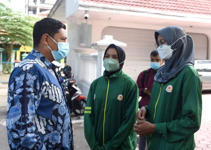 Wali Kota Kediri Abdullah Abu Bakar saat berbincang dengan atlet Kota Kediri yang bakal dilepas ke PON XX Papua. (Foto: Pemkot Kediri) tugu jatim