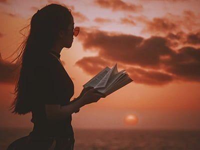 Ilustrasi membaca buku./tugu jatim