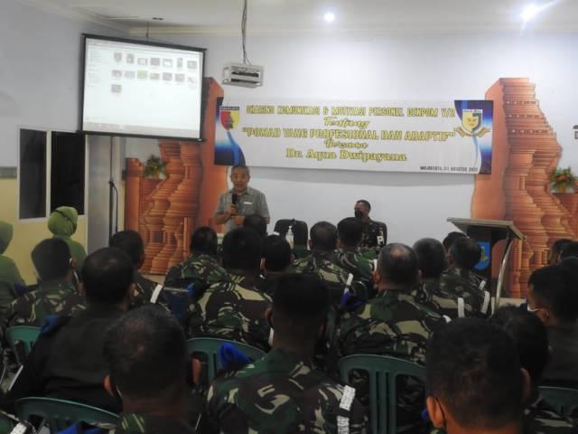 Pakar Komunikasi dan Motivator Nasional Dr Aqua Dwipayana saat Sharing Komunikasi dan Motivasi di Denpom V/2 Mojokerto.(Foto: Dokumen/Tugu Jatim)