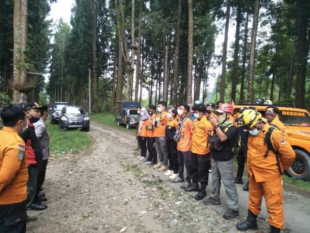 Tim SAR gabungan kembali melakukan penyisiran hutan untuk menemukan Samin (70), warga Ngantang yang hilang sejak Selasa (14/9/2021) di Hutan Cungkup. (Foto: Istimewa) tugu jatim malang orang hilang