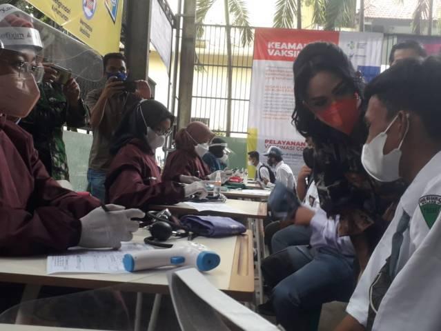Krisdayanti memberikan pertanyaan kepada salah satu siswa saat meninjau pelaksanaan vaksinasi di SMKN 6 Kota Malang, Sabtu (25/09/2021).(Foto: M. Sholeh/Tugu Malang/Tugu Jatim)