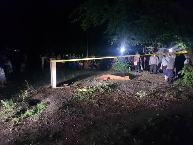 Polisi melakukan evakuasi kepada korban QAK, warga Desa Tiru Lor, Kecamatan Gurah, Kabupaten Kediri, yang ditemukan tewas di lapangan voli pada Jumat malam (24/09/2021).(Foto: Dokumen/Tugu Jatim)