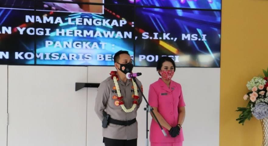 Kapolres Batu AKBP I Nyoman Yogi Hermawan bersama istri. (Foto:Humas Polres Batu/Tugu Jatim)