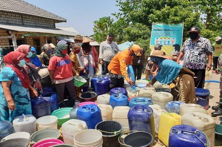 Ilustrasi saat warga berbondong-bondong untuk berebut air bersih di Kabupaten Tuban saat krisis air pada 2020 silam. (Foto: Dokumen/Pemkab Tuban) tugu jatim
