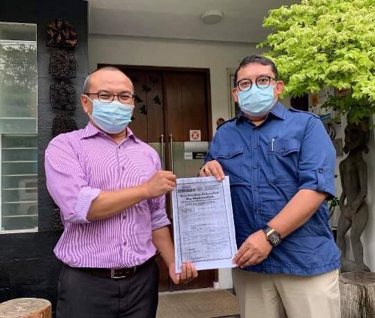 Fadli Zon (kanan) menyerahkan dokumen bukti sejarah kiprah Bung Karno sebagai kader Muhammadiyah kepada anggota Majelis Pustaka dan Informasi PP Muhammadiyah Ikhwan Mansur Situmeang. (Foto istimewa)