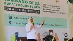 Bupati Bojonegoro, Anna Muawanah saat melakukan Sambang Desa di Dusun Pojok, Desa Pojok, Kecamatan Purwosari Bojonegoro, Kamis (16/09/2021). (Foto: Dokumen/Pemkab Bojonegoro) tugu jatim