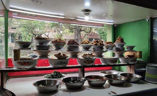 Rumah makan Padang yang ada di Jalan M.T. Haryono, Dinoyo, Kota Malang sudah mulai ramai pembeli/tugu jatim