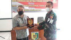 Pakar Komunikasi dan Motivator Nasional Dr Aqua Dwipayana menerima kenang-kenangan dari Dandenpom V/1 Madiun Mayor Cpm Dahnial Hendra Lukmana.(Foto: Dokumen/Tugu Jatim)
