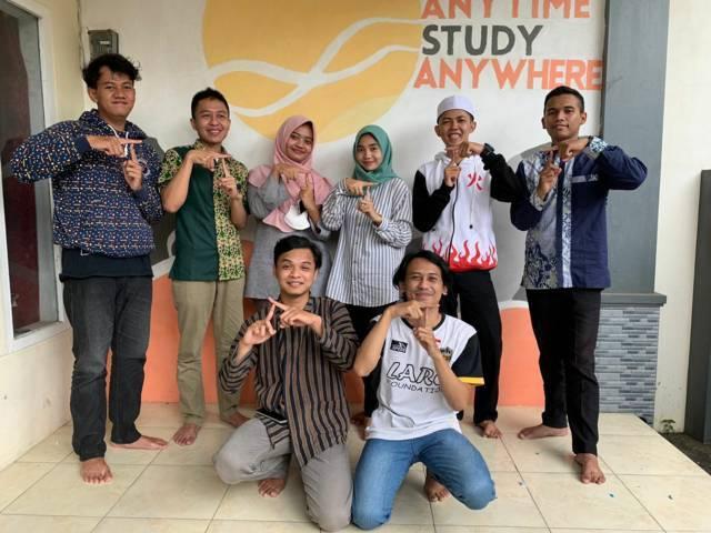 Para pengajar tengah.belajar, lembaga belajar yang berada di Dusun Gentong, Desa Tirtomoyo, Kecamatan Pakis, Kabupaten Malang. (Foto: Anggie Puspita Sari/Tugu Jatim)
