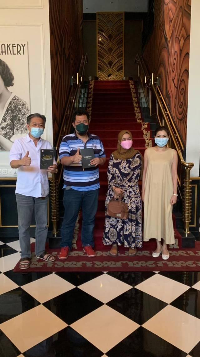 Dari kiri, pengusaha besar asal Surabaya yaitu Effendi Pudjihartono, CEO Tugu Media Group Irham Thoriq dan istri Sakinatun Najwa, serta istri Effendi yaitu Ellizabeth di The Pianoza, Surabaya, pada Minggu (30/08/2021).(Foto: Irham Thoriq/Tugu Malang/Tugu Jatim)