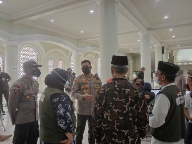 AKBP Budi Hermanto saat berkoordinasi untuk pelaksanaan vaksinasi di Masjid Jami' Kota Malang, Kamis (16/09/2021). (Foto: M. Sholeh/Tugu Malang/Tugu Jatim)