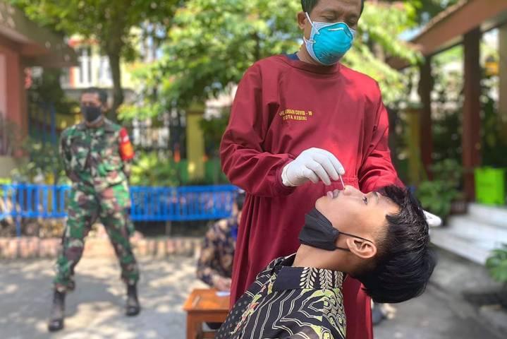 Pemkot Kediri melalui dinas kesehatan (dinkes) melakukan tes rapid antigen secara acak pada Selasa pagi (28/09/2021) di 6 sekolah. (Foto: Dokumen/Tugu Jatim)