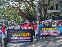 Demo di Balai Kota Malang, Warga Tuntut Rombongan Wali Kota yang Gowes ke Pantai Disanksi