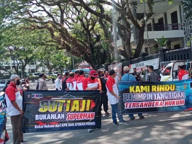 Aksi massa turun ke jalan menyuarakan protes kepada Wali Kota Malang yang telah gowes bersama ke pantai saat PPKM Level 3. (Foto: M Sholeh/Tugu Malang/Tugu Jatim)