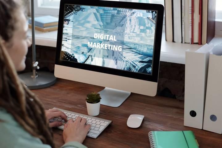 Ilustrasi seseorang sedang belajar terkait digital marketing yang banyak tersedia gratis di beragam platform online. (Foto: Pexels) tugu jatim