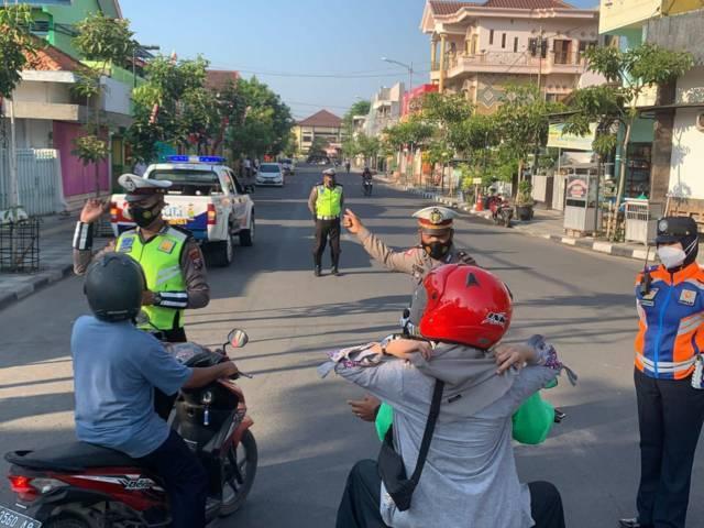 Dishub Bojonegoro bersama Satlantas Bojonegoro saat melakukan penertiban di jalan Kartini Bojonegoro. (Foto: Mila Arinda / Tugu Jatim)