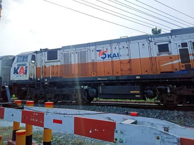 Ilustrasi kereta api yang melintas di Jalan Patimura, Ledok Kulon, Bojonegoro. (Foto: Mila Arinda/ Tugu Jatim)