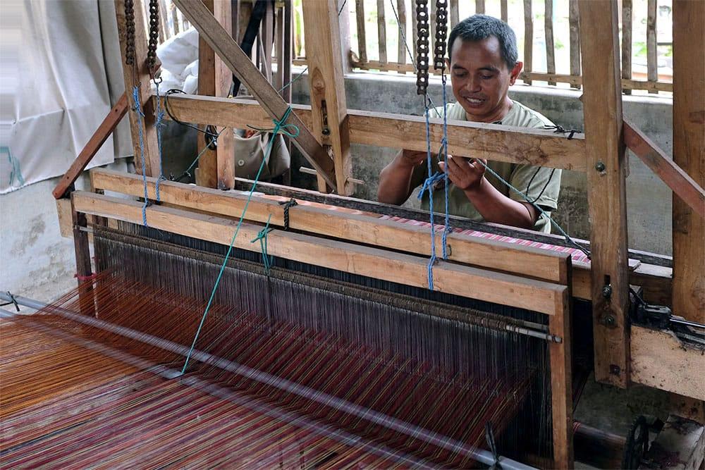 Salah satu anggota Pokdarwis Tenun Ikat Bandar Kidul Kota Kediri saat proses menenun. (Foto: Dokumen/Tugu Jatim)