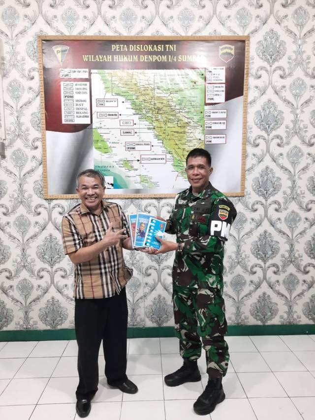 Pakar Komunikasi dan Motivator Nasional Dr Aqua Dwipayana bersama Komandan Denpom I/Padang Mayor Cpm Partomuan Tanjung.(Foto: Dokumen/Tugu Jatim)