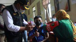 Wakil Wali Kota Malang Sofyan Edi Jarwoko saat melihat salah satu pelajar divaksinasi di SMKN 6 Kota Malang, Sabtu (25/09/2021). (Foto: Rubianto/Tugu Malang/Tugu Jatim)