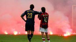 Pemandangan Marco Materazzi (biru/Inter) dan Rui Costa (merah/Milan) saat kerusuhan suporter pada pertandingan perempat final Liga Champions 2004/05/tugu jatim