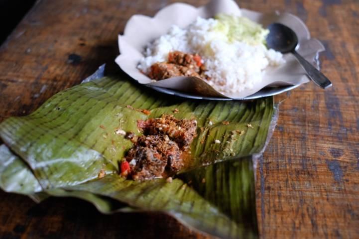 Inilah kuliner Pincukan Tawon yang menggugah selera makan para pengunjung. (Foto: Istimewa/Tugu Jatim)