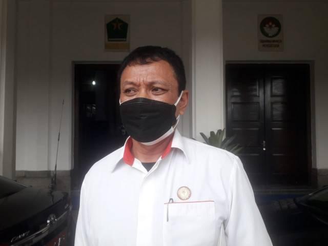 Ketua Umum KONI Kota Malang, Eddy Wahyono saat menjelaskan jumlah atlet asal Kota Malang yang bakal wakili Jatim di PON Papua. (Foto: M Sholeh/Tugu Malang/Tugu Jatim)