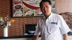 Effendi Pudjihartono di rumah Makan Kraton miliknya. (Foto: Dokumen) tugu jatim