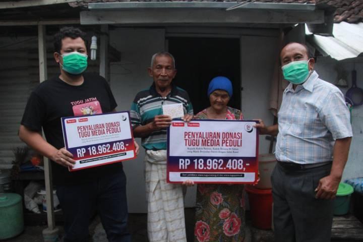 Dari kiri, CEO Tugu Media Group Irham Thoriq, Kakek Satirun, Nenek Tiah, dan Surya Burhanuddin, pensiunan salah satu BUMN (badan usaha milik negara) yang juga praktisi pendidikan, saat menyalurkan donasi pada Sabtu (11/09/2021). (Foto: Rubianto/Tugu Malang/Tugu Jatim)