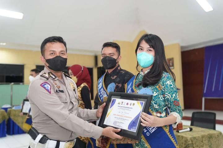 Pemenang Duta Prokes menerima piagam penghargaan pada Jumat (24/09/2021). (Foto: Rizal Adhi Pratama/Tugu Malang/Tugu Jatim)
