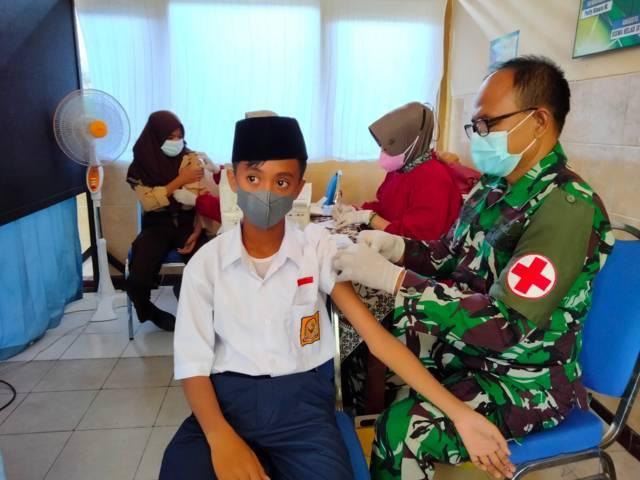 Salah satu pelajar tampak divaksinasi oleh vaksinator dari Kodim 0811 Tuban pada Jumat (17/09/2021). (Foto: Biro Penerangan Kodim 0811 Tuban/Tugu Jatim)