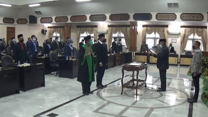 Prosesi pengambilan sumpah dan janji sebagai Wakil Ketua DPRD Tuban yang dilakukan Ketua DPRD Tuban, H. Miyadi kepada Imam Sutiono, Kamis (23/9/2021) siang. (Foto: Humas DPRD Tuban) tugu jatim