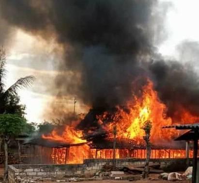 Jilatan api yang melahap bagian rumah dan kandang warga di Dusun Karamgmulyo, Desa Karanglo, Kecamatan Kerek, Kabupaten Tuban, Minggu (12/9/2021) sore, sekitar pukul 15.30 WIB. (Foto: BPBD Tuban) tugu jatim