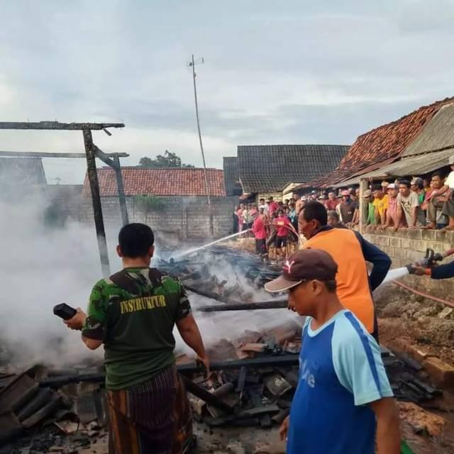 Proses pemadaman api yang dilakukan oleh petugas pemadam kebakaran. (Foto: BPBD Tuban) tugu jatim