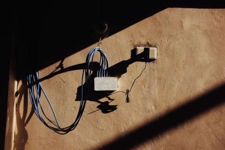 Ilustrasi jaringan listrik bahaya korsleting listrik dan menyebabkan kebakaran. (Foto: Pexels) tugu jatim
