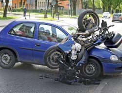 Pengendara Motor Tewas Seketika Karena Tabrak Pintu Mobil