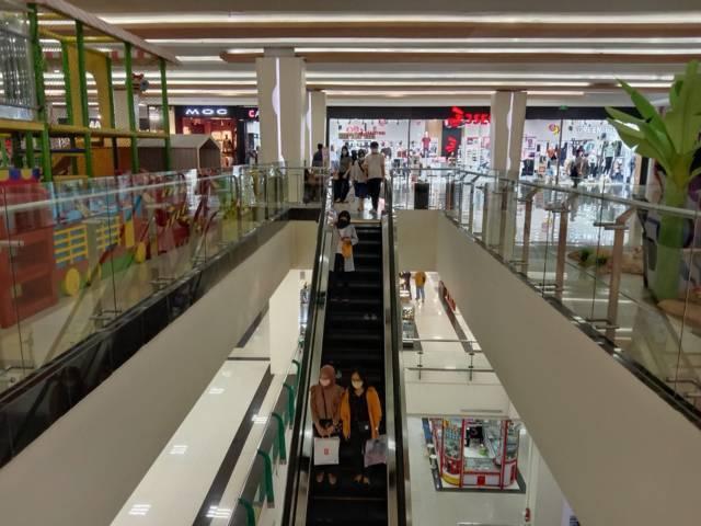 Suasana pengunjung yang mulai berdatangan ke dalam pusat perbelanjaan di Kota Malang, Matos. (Foto: M Sholeh/Tugu Malang/Tugu Jatim)
