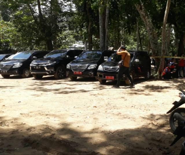 Deretan mobil dinas yang diduga milik Pemkot Malang yang terparkir di Pantai Kondang Merak, Bantur, Kabupaten Malang. (Foto: Istimewa) tugu jatim