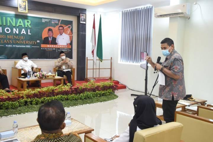 Wali Kota Kediri Abdullah Abu Bakar (kanan) saat mendampingi Kepala Staf Kepresidenan RI, Moeldoko di IAIN Kediri, Kamis (16/9/2021). (Foto: Rino Hayyu/Tugu Jatim)