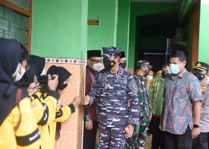 Panko Armada II Laksda TNI Dr Iwan Isnurwanto bersama Wali Kota Kediri Abdullah Abu Bakar ketika meninjau Serbuan Vaksinasi di MAN 1 Kediri, Kamis (16/9/2021). (Foto: Rino Hayyu/Tugu Jatim)
