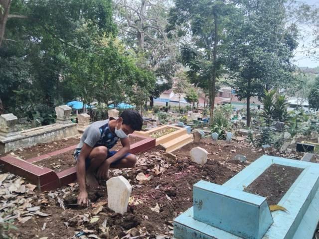 Anggi, tukang gali kubur untuk jenazah Covid-19 di TPU Ngujil, Kota Malang saat ditemui, Minggu (5/9/2021). (Foto: M Sholeh/Tugu Malang/Tugu Jatim)