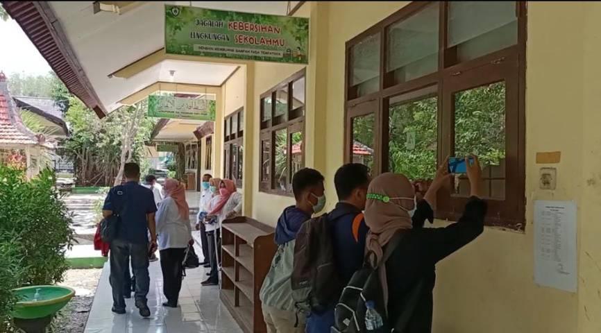 Sejumlah awak media dan pejabat yang datang ke lokasi, tidak diperkenankan masuk ke Laboratorium. (Foto: Mochamad Abdurrochim/Tugu Jatim)