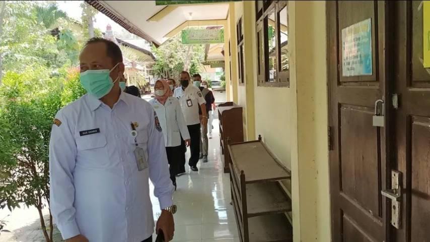 Kepala Dinas Pendidikan Tuban, Nor Khamid saat meninjau ruang Laboratorium SMPN 1 Semanding yang menyimpan ratusan tablet yang hilang dicuri. (Foto: Mochamad Abdurrochim/Tugu Jatim) pencurian