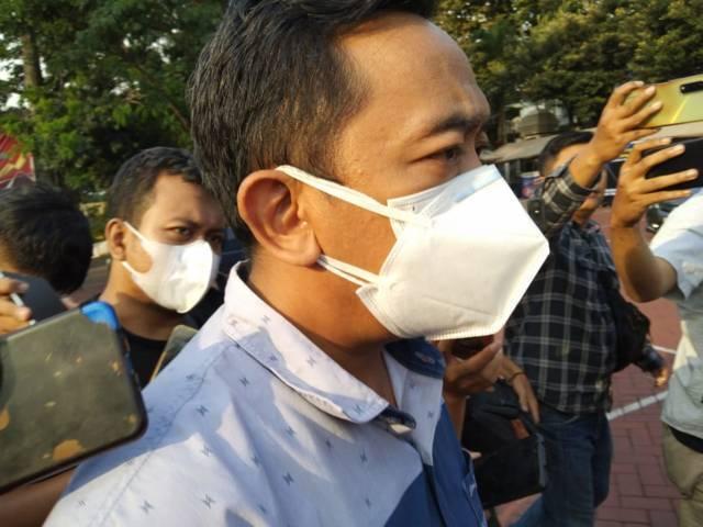 Kabag Humas Pemkot Malang, Donny Sandito saat ditemui awak media usai menjalani pemeriksaan polisi selama 3 jam. (Foto: Rizal Adhi/Tugu Malang/Tugu Jatim) gowes