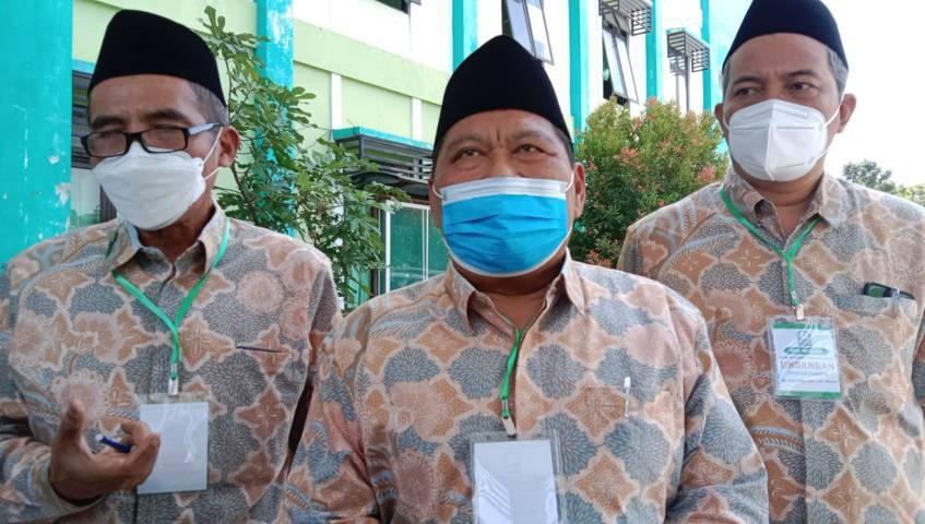 Rektor IAIN Kediri Nur chamid (tengah), WR 1 Ahmad Subakir (kiri) dan WR 3 Wahidul Anam (kanan) saat memberikan keterangan pada awak media terkait petisi yang dituntutkan oleh alumni pada dosen yang diduga melakukan pelecehan seksual pada mahasiswinya. (Foto: Rino Hayyu/Tugu Jatim)
