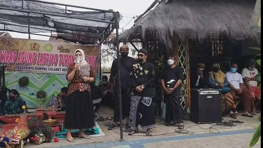 Kirab jaranan dari Kampung Satrio Turonggo Jati Kota Malang yang menampilkan epos cerita Panji. (Foto: Dokumen) tugu jatim