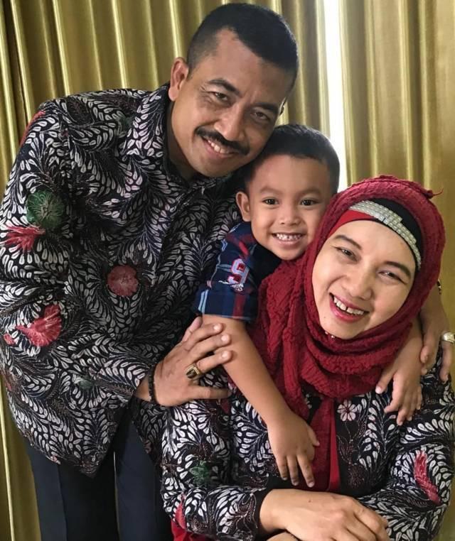 Hikmah Sawi bersama keluarga. (Foto: Dokumen) tugu jatim
