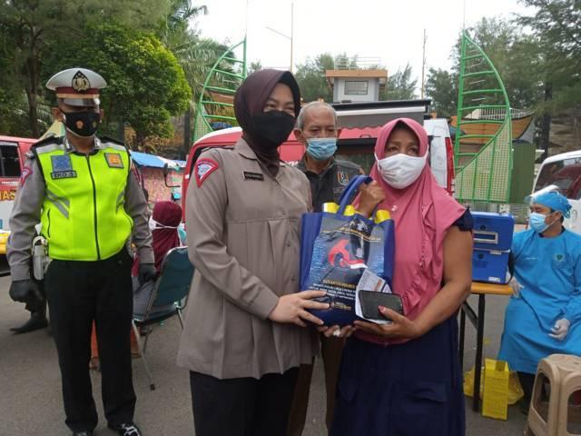 Salah satu tunawisma yang menjalani vaksinasi Covid-19 di kawasan Pantai Boom, Kabupaten Tuban, Selasa (21/9/2021) juga mendapatkan bantuan sembako. (Foto: Moch Abdurrochim/Tugu Jatim)