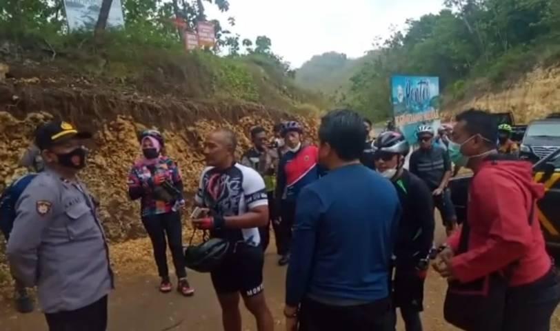 Rombongan gowes Wali Kota Malang, Sekda Kota Malang, dan beberapa pegawai Pemkot Malang tampak memberikan penjelasan kepada pihak kepolisian dalam video yang beredar. (Foto: Dokumen/Tangkapan Layar) tugu jatim